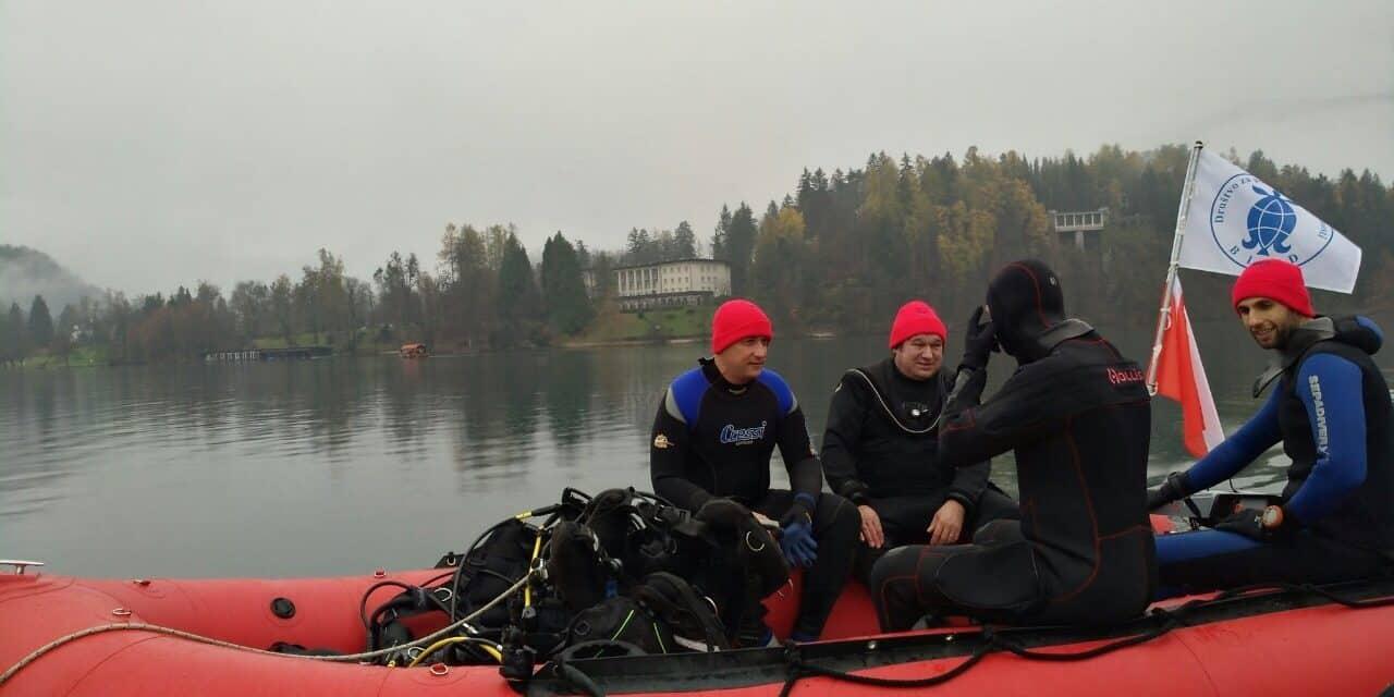 Dno Blejskega jezera že čuti posledice navala turistov